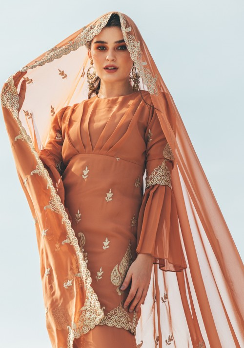 PALLAVI IN PEACHY BROWN